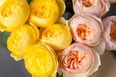 Ramo de rosas suavemente rosadas y amarillas del jardín en un florero de cristal Aún vida floral Primer Fotografía de archivo