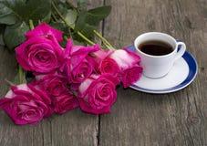 Ramo de rosas y de café rosados, aún vida Fotografía de archivo