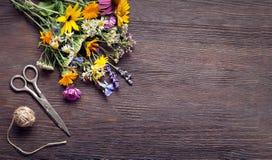Ramo de tablero del vintage de las tijeras de las flores salvajes Imágenes de archivo libres de regalías