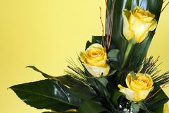 Ramo de tres rosas amarillas Imágenes de archivo libres de regalías