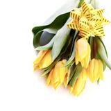 Ramo de tulipanes amarillos con un arco Imágenes de archivo libres de regalías