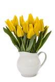 Ramo de tulipanes amarillos en el florero, aislado en el fondo blanco Foto de archivo
