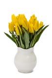 Ramo de tulipanes amarillos en el florero, aislado en el fondo blanco Fotos de archivo libres de regalías
