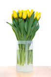 Ramo de tulipanes amarillos en florero Imagenes de archivo