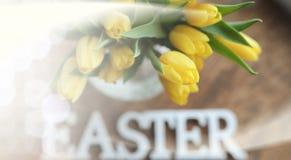 Ramo de tulipanes amarillos en un florero en el piso Fotografía de archivo libre de regalías
