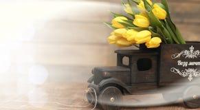 Ramo de tulipanes amarillos en un florero en el piso Fotos de archivo libres de regalías
