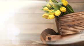 Ramo de tulipanes amarillos en un florero en el piso Fotos de archivo