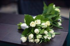 Ramo de tulipanes blancos en un fondo oscuro imagenes de archivo