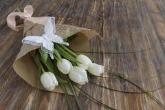 Ramo de tulipanes blancos frescos y de mariposa decorativa Imagenes de archivo