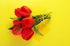 Ramo de tulipanes con la cuerda y la tarjeta imagen de archivo libre de regalías