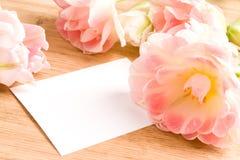 Ramo de tulipanes con la tarjeta en blanco Fotografía de archivo libre de regalías