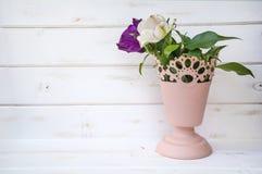 Ramo de tulipanes en florero rosado del metal Foto de archivo
