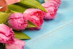 Ramo de tulipanes en la tabla de madera azul D?a feliz del ` s de las mujeres 8 de marzo , D?a del ` s de la madre Espacio plano  imagen de archivo libre de regalías