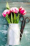 Ramo de tulipanes en una poder de aluminio Imagen de archivo libre de regalías