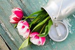 Ramo de tulipanes en una poder de aluminio Imagen de archivo