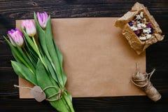 Ramo de tulipanes frescos hermosos con los accesorios en el fondo de madera Lugar de trabajo del florista Imágenes de archivo libres de regalías