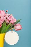 Ramo de tulipanes frescos rosados con el gatito-sauce en cubo amarillo Fotografía de archivo