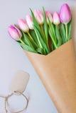 Ramo de tulipanes frescos rosados y púrpuras hermosos Fotografía de archivo