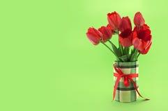 Ramo de tulipanes rojos en fondo verde Apenas llovido encendido Fotos de archivo