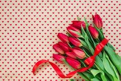Ramo de tulipanes rojos en fondos de los corazones Copie el espacio fotos de archivo libres de regalías