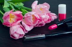 Ramo de tulipanes rosados con los accesorios de las mujeres Foto de archivo libre de regalías