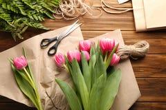 Ramo de tulipanes rosados que se preparan para el presente Fotografía de archivo libre de regalías