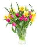 Ramo de tulipanes y de narcisos en florero imágenes de archivo libres de regalías