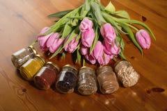 Ramo de tulipanes y de especias rosados en un fondo de madera Fotos de archivo