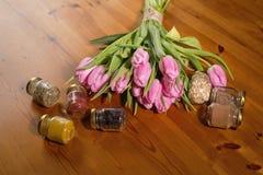Ramo de tulipanes y de especias rosados en un fondo de madera Imagenes de archivo
