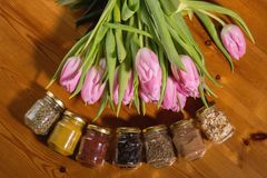 Ramo de tulipanes y de especias rosados en un fondo de madera Foto de archivo