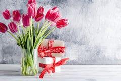 Ramo de tulipanes y de regalos rosados Foto de archivo libre de regalías