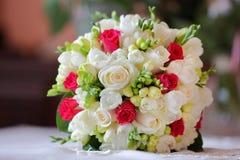 Ramo de Weddin de rosas rojas y blancas Fotografía de archivo