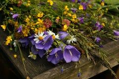 Ramo de wildflowers en los tableros de madera Foto de archivo