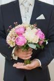 Ramo de Wwedding en mano del novio Imagenes de archivo
