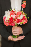 Ramo de Wwedding en mano del novio Fotografía de archivo libre de regalías