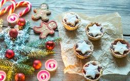 Ramo decorato dell'albero di Natale con la pasticceria di festa Immagini Stock Libere da Diritti