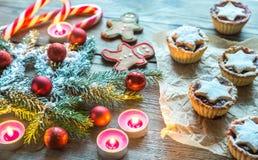 Ramo decorato dell'albero di Natale con la pasticceria di festa Fotografie Stock Libere da Diritti