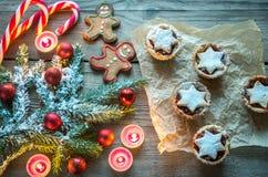 Ramo decorato dell'albero di Natale con la pasticceria di festa Fotografia Stock