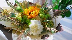 Ramo del arreglo floral como regalo almacen de metraje de vídeo