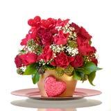 Ramo del día del ` s de la tarjeta del día de San Valentín con un corazón decorativo Imagenes de archivo