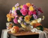 Ramo del otoño con los crisantemos en un jarro Imagen de archivo