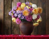 Ramo del otoño con los crisantemos en un jarro Foto de archivo