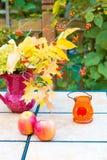 Ramo del otoño en la tabla al aire libre Temporada de otoño en pati del domicilio familiar Foto de archivo libre de regalías