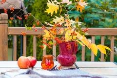 Ramo del otoño en la tabla al aire libre Temporada de otoño en pati del domicilio familiar Imagenes de archivo
