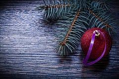 Ramo del pino della bagattella di Natale sul bordo di legno Immagini Stock Libere da Diritti