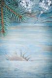 Ramo del pino delle palle dello specchio di Natale sulle feste del bordo di legno concentrate Fotografia Stock