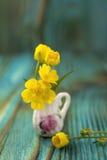 Ramo del ranúnculo en jarro miniatura, diminuto Fotografía de archivo libre de regalías