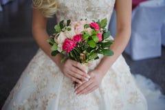 Ramo del `s de la novia Muchacha hermosa en un vestido de boda lujoso que sostiene las flores foto de archivo