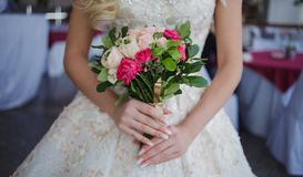 Ramo del `s de la novia Muchacha hermosa en un vestido de boda lujoso que sostiene las flores imagen de archivo