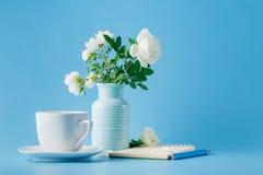 Ramo delicado de color de rosa salvaje y taza de té Fotos de archivo libres de regalías